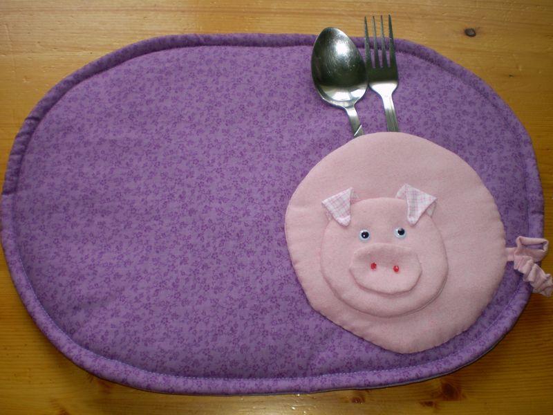 Újévi malac a tányéralátéten