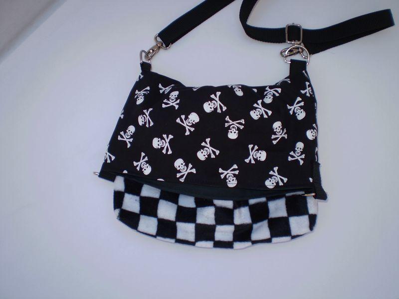 Kockás-halálfejes táska
