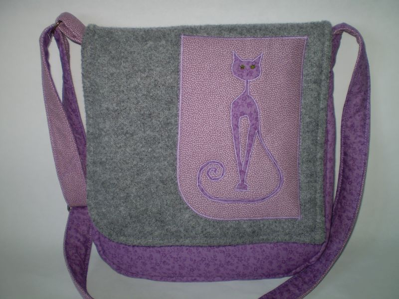 Lila cicás táska