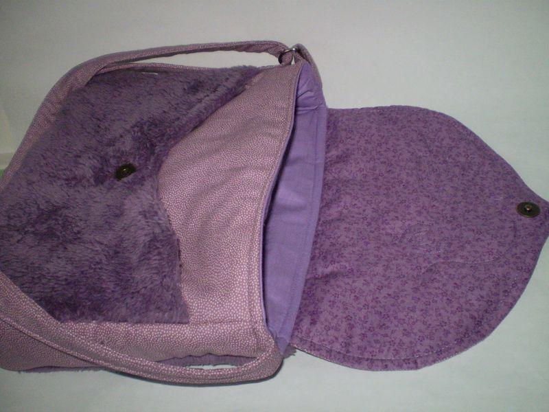 Lila madaras táska belseje